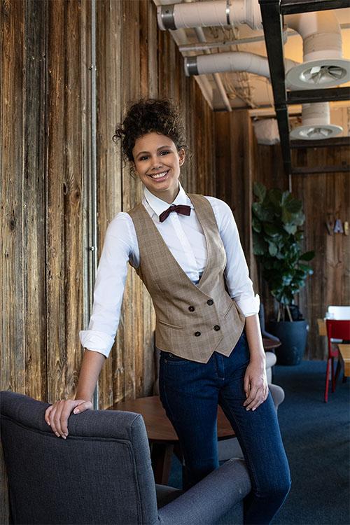 Berufsbekleidung Gastronomie Weste Glencheck beige, weißes Bluse, Jeans, Gastro-Fliege