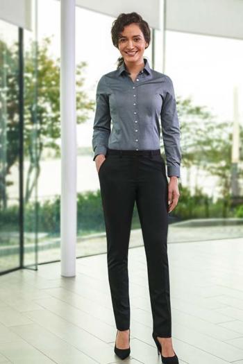 Berufsbekleidung Apotheke graue Bluse mit schwarzer Hose aus der One Collection
