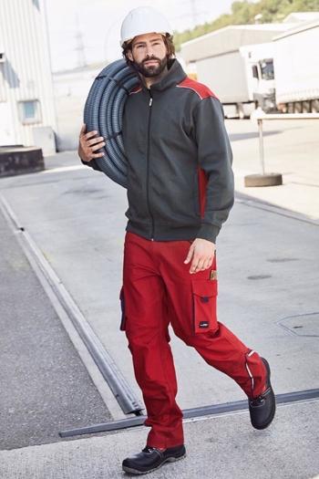 Arbeitskleidung Baustelle Sweatjacke mit Stehkragen und Kontrasteinsätzen JN870 in carbon rot  und funktionelle Arbeitshose JN847 in rot navy