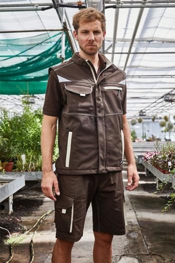 Arbeitskleidung Gärtnerei Softshell Weste JN852, Poloshirt JN858 und Bermuda JN872 in braun