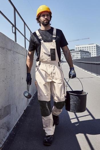Arbeitskleidung Baustelle strapazierfähiges T-shirt JN838 in schwarz und robuste Latzhose JN872 in beige schwarz