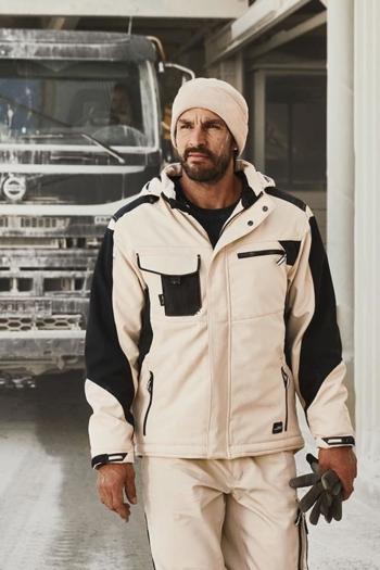 Arbeitskleidung Baustelle Softshelljacke JN824 und Arbeitshose JN832 in in beige schwarz mit Strickmütze MB7500 in beige