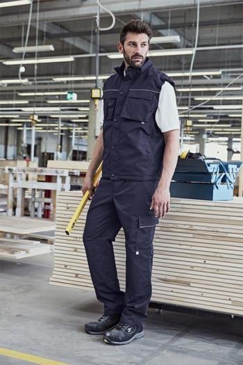 Arbeitskleidung Betrieb robuste Weste JN813 und robuste Arbeitshose JN814 in navy mit strapazierfähigem Poloshirt JN830 in weiß