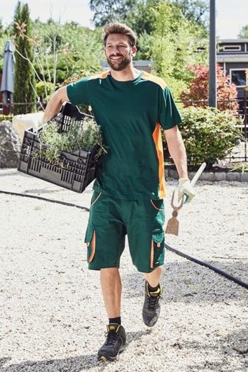 Arbeitskleidung Gärtnerei T-shirt JN860 und Arbeitsbermuda JN872 in dunkelgrün orange