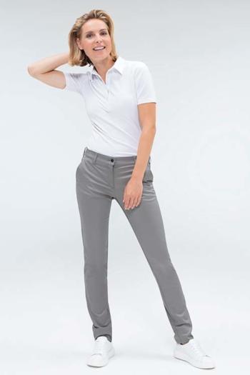 Berufsbekleidung Housekeeping weißes Damenpoloshirt GR-6681 und graue Chinohose GR-1328