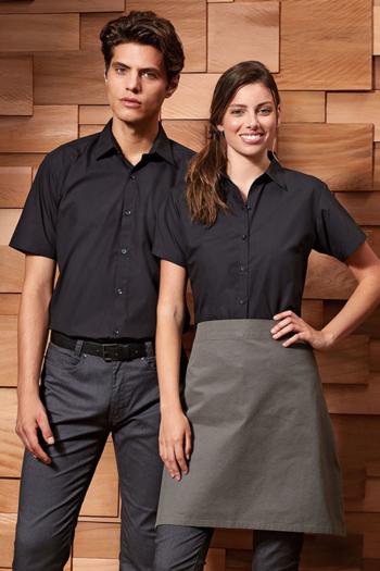 Serviceschürzen Bluse und Hemd in schwarz mit kurzem Arm PW309/209 und Bistroschürze in grau PW151