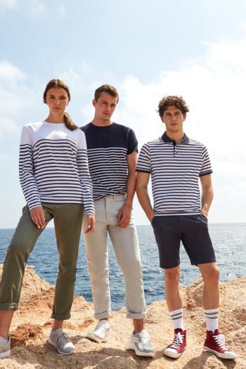 Mitarbeiterbekleidung weiß/blau gestreifte Shirts: Langarmshirt FR134, T-shirt FR135, Polshirt FR230 mit Chinohosen