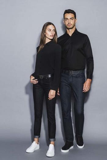 Hotel Uniform 5-Pocket Jeans modern fit DH-41100/26090 mit schwarzer Bluse und Hemd mit Kent Kragen