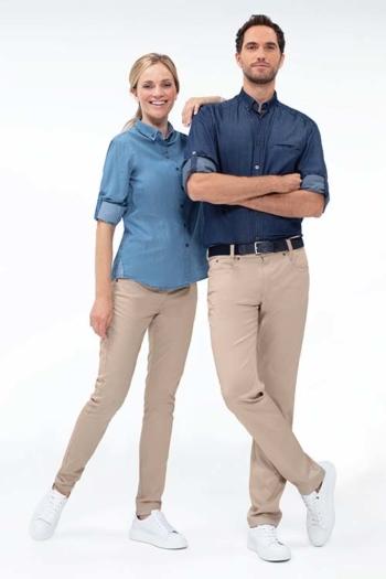 Mitarbeiterbekleidung Jeansbluse GR-6558 und Jeanshemd GR-6758 mit beigen 5-Pocket-Hosen